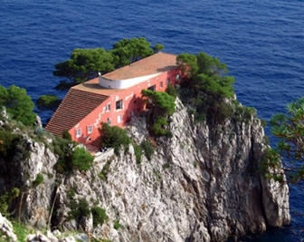 Filmed in Capri, the movie is full of stunning scenery and memorable shots.